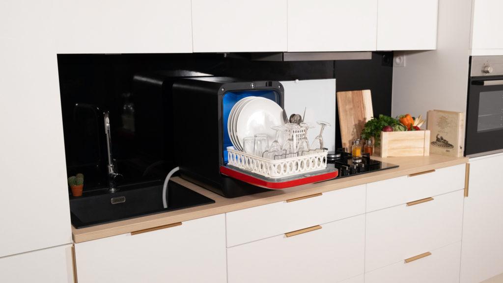 Bob mini lave vaisselle rouge noir ouvert panier complet vue ensemble gauche