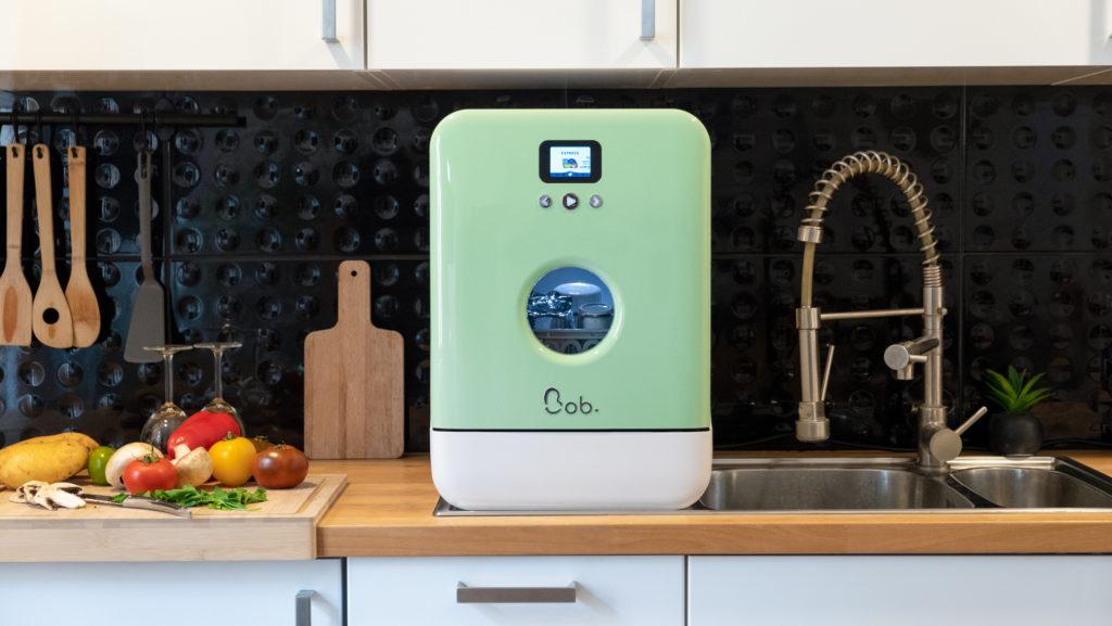 Bob le mini lave-vaisselle vert amande et blanc installé dans une cuisine bois design