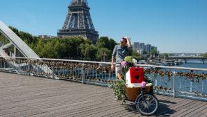 Bob in Fahrrad vor dem Eiffelturm in Paris