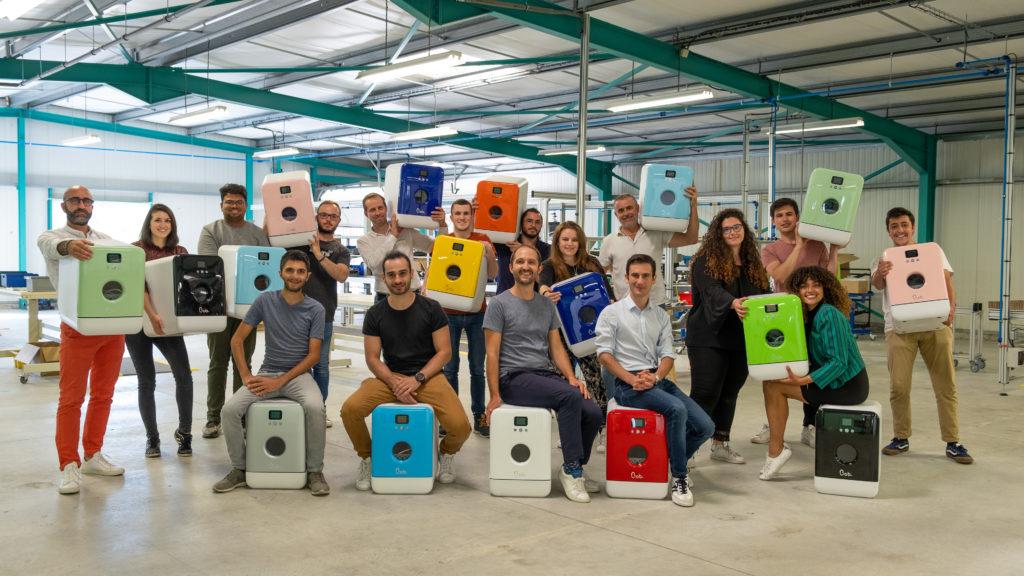 Toute l'équipe Daan Tech avec les 12 couleurs de Bob le mini lave vaisselle, photo prise dans notre usine en Vendée en juillet 2020