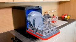 Bob mini lave vaisselle Made in France Daan Tech Premium Pack Edition Rouge porte ouverte avec vaisselle lave-vaisselle pour 2 personnes